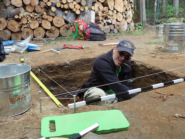 Francis Lamothe fouille le sol sur le site du ruisseau Jourdain.