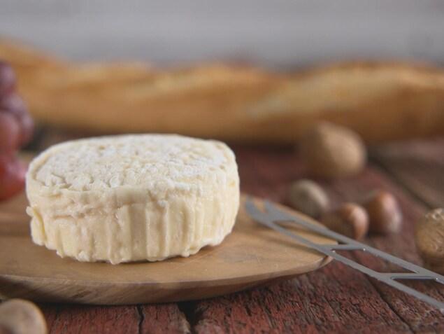 Un fromage sur une planche à découper.