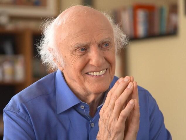 Gilles Vigneault souriant, les mains jointes