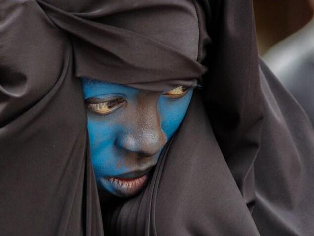 Une participante à la parade Zinneke de Bruxelles en Belgique.