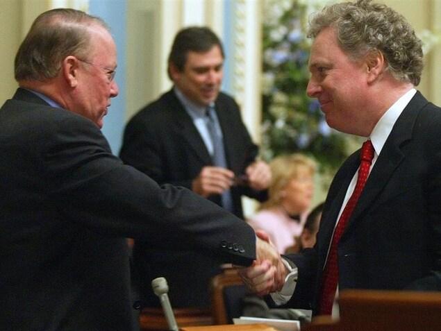 Le premier ministre Jean Charest serre la main du chef de l'opposition, Bernard Landry, en décembre 2003.
