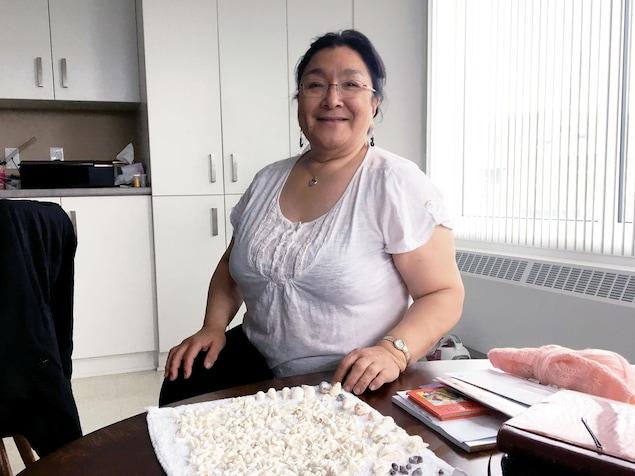 Lizzie Aloupa et sa collection de coquillages blancs.