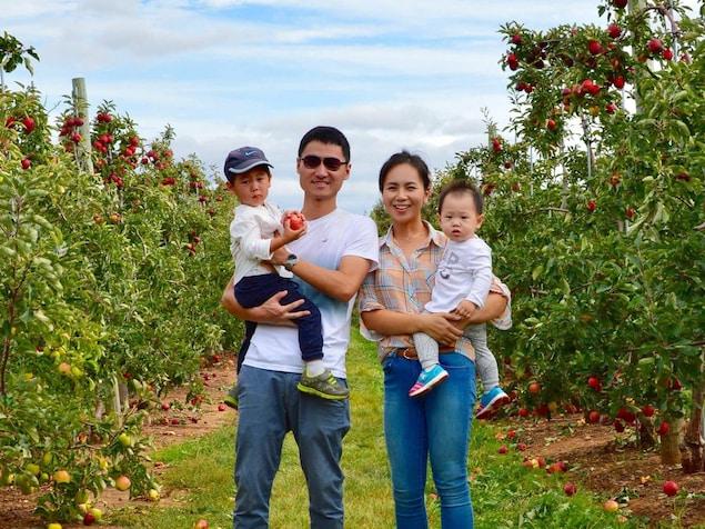 Meng Zhao, Frank Zhang et leurs enfants dans un verger.