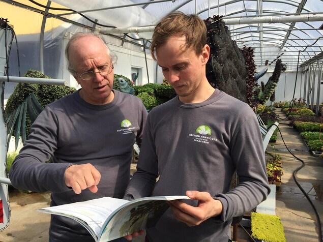 Les horticulteurs Normand et Sébastien Francoeur.