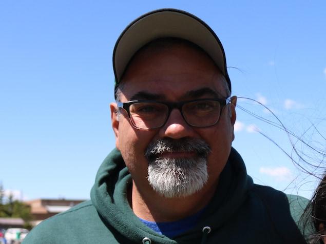 Le père de Logan Boulet, Toby Boulet, à l'extérieur sur un terrain de football.