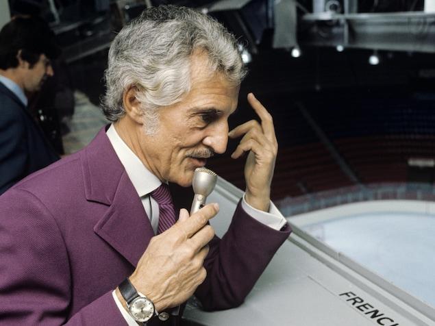 Sur la passerelle du Forum de Montréal, René Lecavalier  en action, micro à la main.