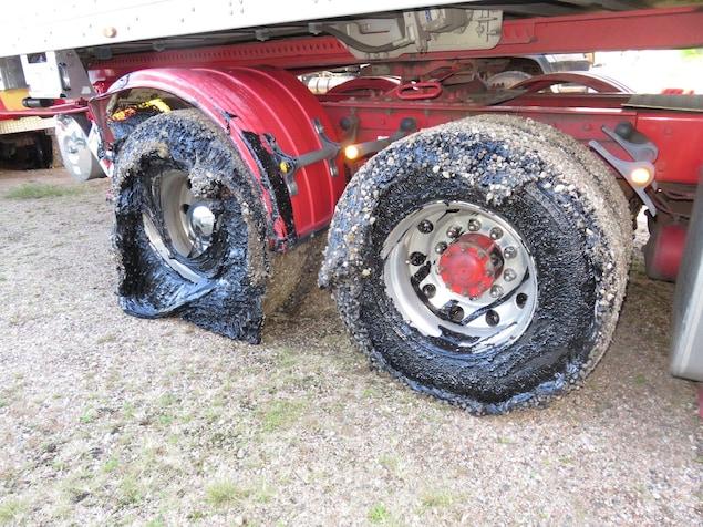 Des pneus endommagés par une route australienne.