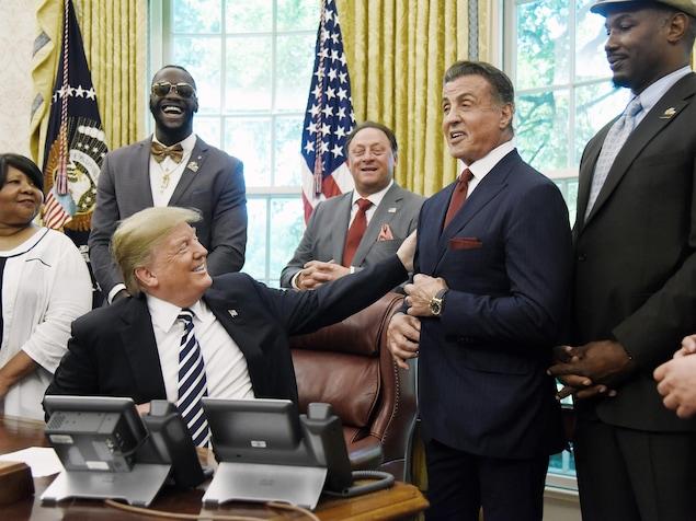 Le président Trump dans le bureau ovale en compagnie de Sylvester Stallone, Deontay Wilder, et Lennox Lewis.