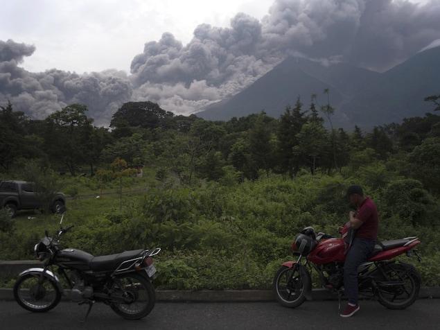 Le Volcan de Fuego crache une pluie de cendres.