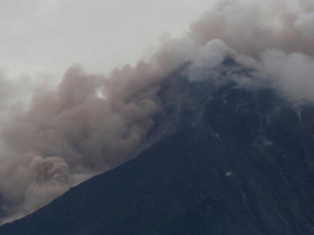 Vue aérienne du  volcan Fuego après une violente éruption, à San Juan Alotenango, Guatemala