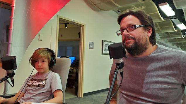 Léon et David Nadeau en entrevue sur le plateau radio.