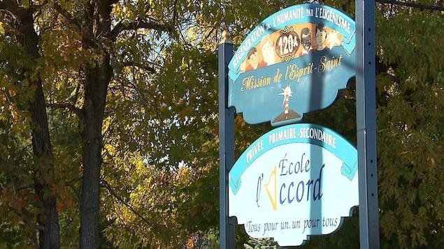 Pancarte de l'École l'Accord, de la Mission de l'Esprit-Saint.