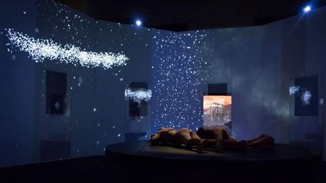 Une photo de l'exposition, Pompéi. Cité immortelle, où l'on aperçoit 3 corps dans un décor nocturne, sera présentée du 18 novembre 2021 au 11 septembre 2022.