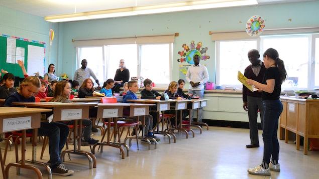 Jean Kabuta écoute une jeune fille qui livre son kasàla à la classe