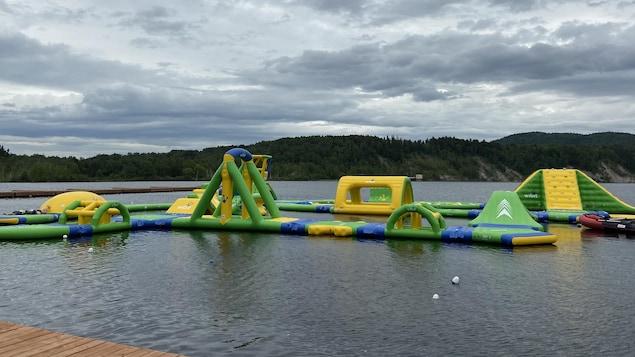 Un module de jeux gonflables aquatiques.