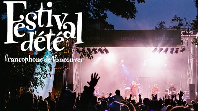 l'affiche du festival, une foule en plein air devant une scène où des artistes se produisent.
