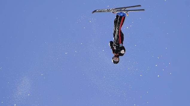 Un skieur, tête à l'envers
