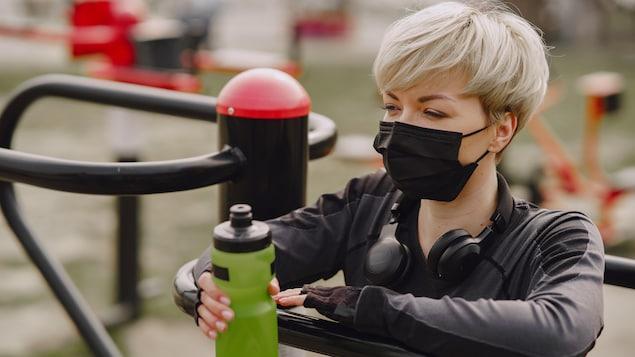 Une femme s'entraîne avec un masque