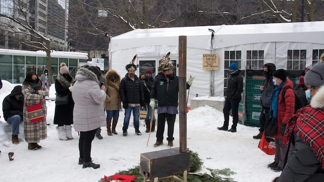 Des gens assistent à la cérémonie traditionnelle autochtone.
