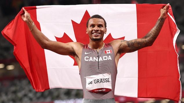 Tangan ni Andre De Grasse ang bandila ng Canada.