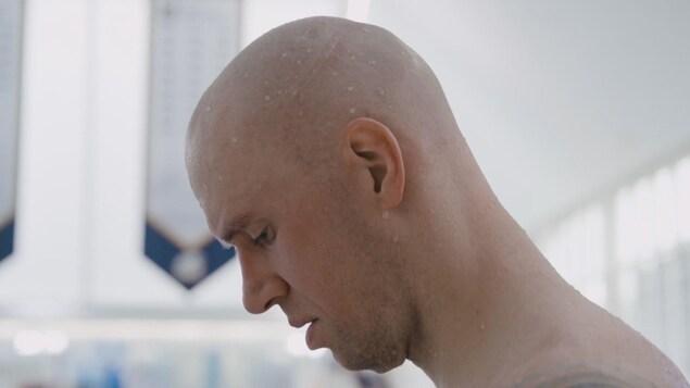 Le nageur Brent Hayden se concentre avant de plonger dans la piscine dans le cadre d'une compétition.