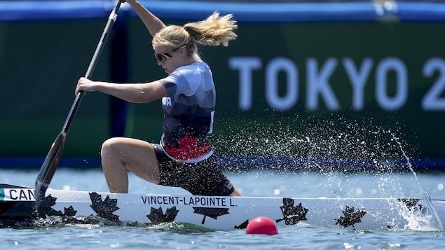 Laurence Vincent Lapointe dans son canoë monoplace en action en quarts de finale aux Jeux olympiques de Tokyo, mercredi.