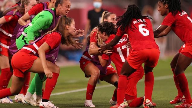 Las jugadoras de la selección femenina de fútbol de Canadá celebran un gol.