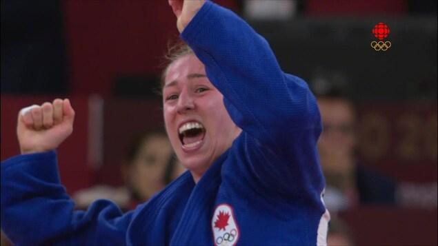 Catherine Beauchemin-Pinard célèbre sa victoire alors que son combat vient tout juste de se terminer.