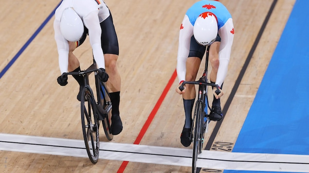 Stefan Boetticher de l'équipe de l'Allemagne et Nick Wammes de l'équipe du Canada font la course pour traverser la ligne d'arrivée.