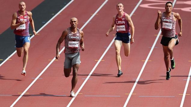 Des athlètes de décathlon participent à l'épreuve du 100 m aux Jeux de Tokyo.