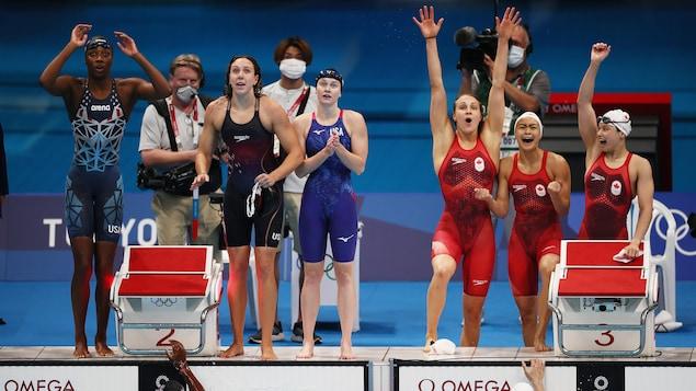 Les nageuses canadiennes célèbrent la fin de leur course à relais aux Jeux olympiques.