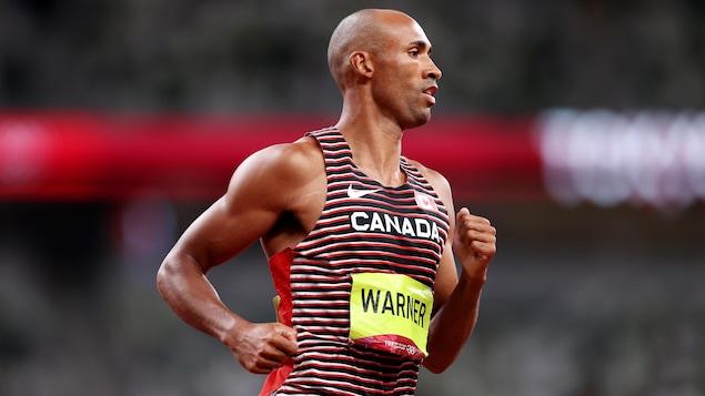 Damian Warner court lors de l'épreuve du 1500 m du décathlon.