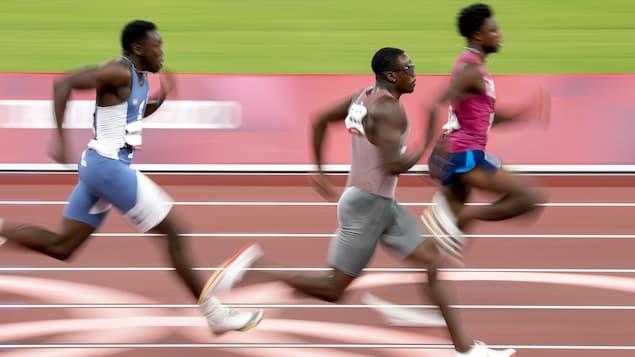 Aaron Brown court lors des demi-finales du 200 m.