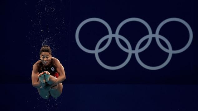 Jennifer Abel, dans les airs, en position carpée.