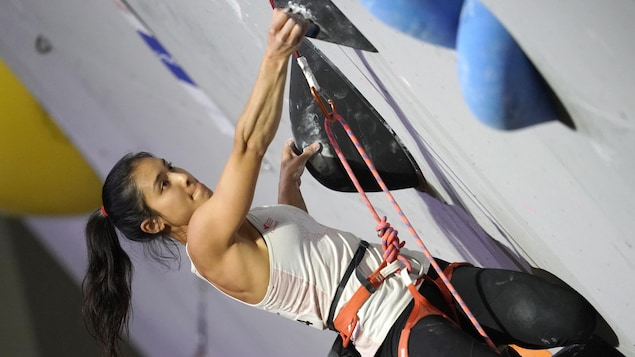 Image en angle sur la grimpeuse canadienne Alannah Yip en effort.
