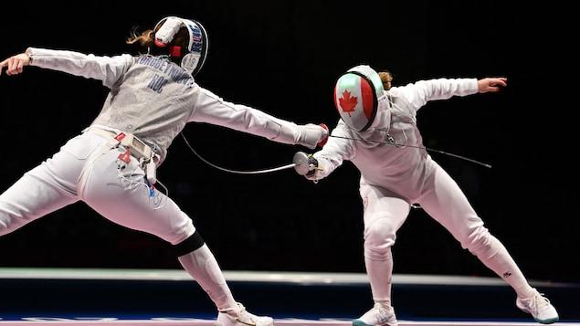 La Canadienne Kelleigh Ryan effectue un touché sur la Russe Larissa Korobeynikova aux Jeux olympiques de Tokyo 2020.