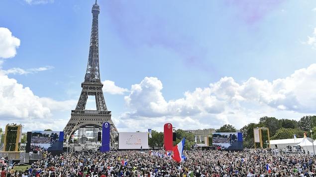 Devant la Tour Eiffel, la foule est rassemblée durant la fermeture des Jeux olympiques. Le peuple français montre qu'ils sont prêts à être les prochains hôtes des Jeux olympiques 2024.