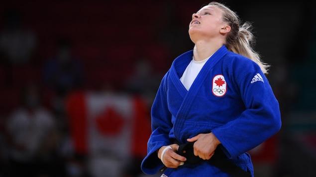 Jessica Klimkait se tenant la ceinture à la fin de son combat où elle sort victorieuse.