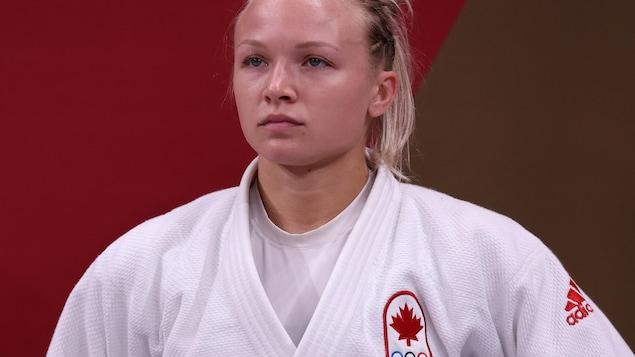 Jessica Klimkait se tenant droite avant son prochain combat.