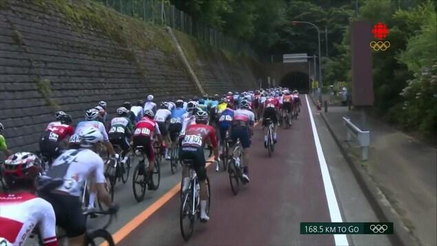 Les cyclistes en pleine course lors de l'épreuve du cyclisme sur route des Jeux olympiques de Tokyo.