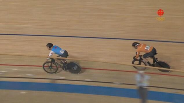 Deux cyclistes s'affronte sur une piste.