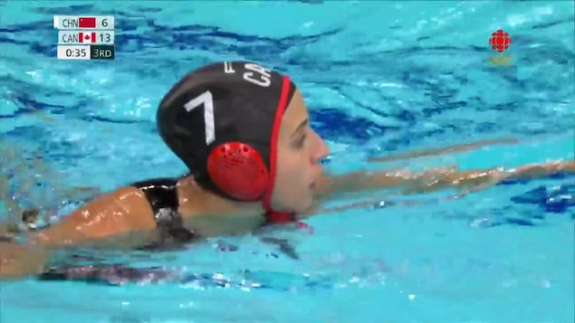 L'athlète de l'équipe canadienne Joelle Bekhazi dans la piscine olympique.