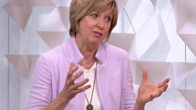 Marie-José Turcotte qui gesticule avec ses mains.