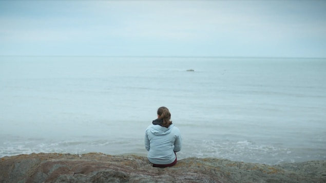 L'haltérophile canadienne Maude Charron regarde le fleuve St-Laurent.