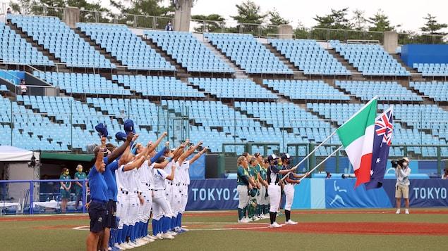 Les Australiennes et les Italiennes lors de l'hymne national.
