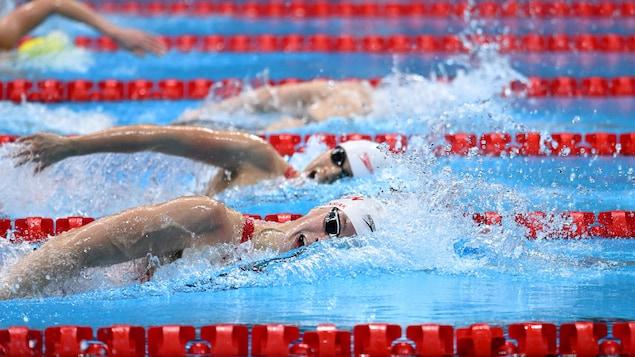 加拿大游泳选手 Penny Oleksiak 和 Kayla Sanchez 在半决赛中。