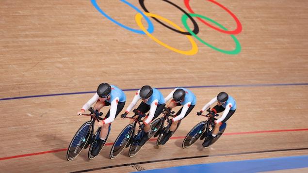 Les cyclistes roulent l'une derrière l'autre sur la piste du Vélodrome d'Izu.