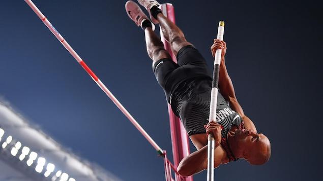 L'athlète en plein saut.