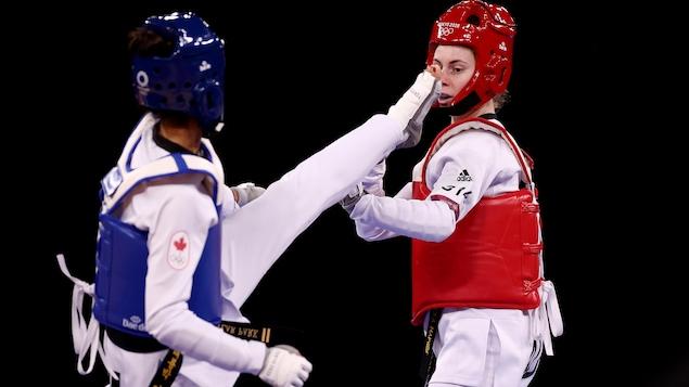 Skylar Park attaque son adversaire australienne avec un coup de pied.