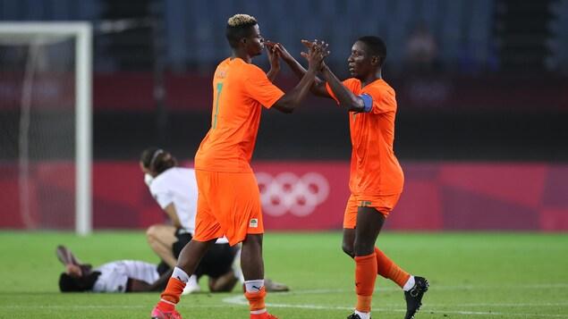 Idrissa Doumbia et Max Gradel se tapant dans les mains.